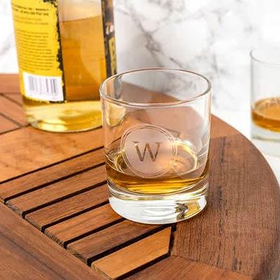 Personliga whiskyglas med gravyr